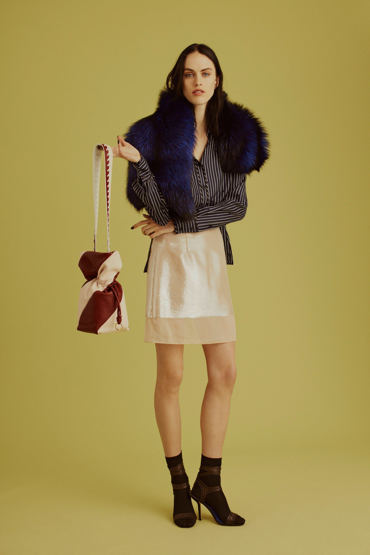 """<p>Niet iedereen durft in de winter z'n knieën te laten zien, maar de minirok is eigenlijk veel flexibeler dan je denkt. Dat is als je de juiste beenmode gebruikt, bijvoorbeeld met fleece aan de binnenkant. Een minirok kan dus prima met een lekker warme maillot, coltrui of bloes en een knappe lange jas.</p><p><em data-redactor-tag=""""em"""">Shop vergelijkbare items:</em></p><p><em data-redactor-tag=""""em""""></em><em data-redactor-tag=""""em"""">Zara-overhemd, € 25,99</em></p><p><a href=""""https://www.zara.com/nl/en/striped-shirt-p03510022.html"""" data-tracking-id=""""recirc-text-link"""">Shop hier</a></p><p><em data-redactor-tag=""""em"""">Ban.do-rok, € 158,63</em></p><p><a href=""""https://www.bando.com/products/diana-skirt?variant=43767573701"""" data-tracking-id=""""recirc-text-link"""">Shop hier</a></p><p><em data-redactor-tag=""""em"""">Ted Baker-jas, € 430</em></p><p><a href=""""https://www.debijenkorf.nl/ted-baker-kikiie-wrap-mantel-van-wol-met-kasjmier-6511044185?gclid=Cj0KCQiAieTUBRCaARIsAHeLDCQC__FYmMPZg5ZxOgkR9Xh2zEM7N_70_iDp303mBskfhA6F9N83k6UaAhXNEALw_wcB&channable=e4291.NjUxMTA0NDE4NQ&utm_campaign=shopping&utm_content=651104418900000&utm_source=google&utm_medium=cpc&utm_term=YES"""" data-tracking-id=""""recirc-text-link"""">Shop hier</a></p>"""