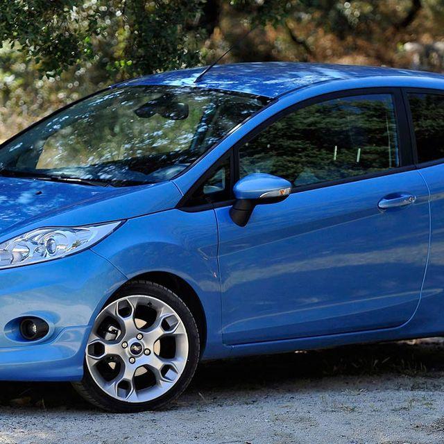 Tire, Wheel, Motor vehicle, Mode of transport, Blue, Automotive design, Daytime, Automotive wheel system, Automotive mirror, Transport,