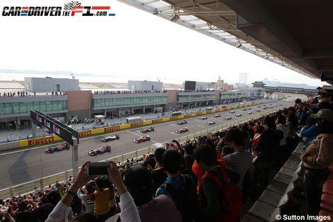 Race track, Human body, Crowd, Sport venue, Mammal, Motorsport, Automotive tire, Racing, Auto racing, Race car,