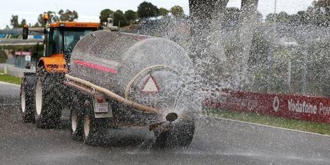Automotive design, Automotive tire, Automotive exterior, Fountain, Water feature, Synthetic rubber, Automotive wheel system, Bumper, Precipitation, Automotive window part,