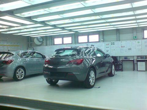 Tire, Wheel, Automotive design, Vehicle, Land vehicle, Car, Alloy wheel, Ceiling, Rim, Automotive tire,