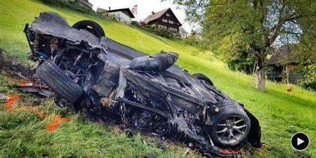Motor vehicle, Crash, Tree, Vehicle, Tire, Automotive tire, Grass, Automotive wheel system, Automotive exterior, Event,