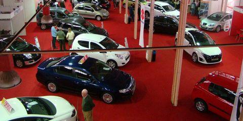 Wheel, Motor vehicle, Land vehicle, Vehicle, Automotive design, Automotive parking light, Car, Automotive mirror, Vehicle door, Alloy wheel,