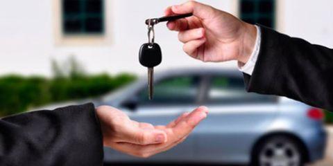 Finger, Wrist, Joint, Rim, Thumb, Alloy wheel, Vehicle door, Gesture, Nail, Automotive wheel system,
