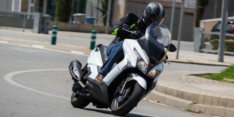 moto tomando una curva a izquierdas