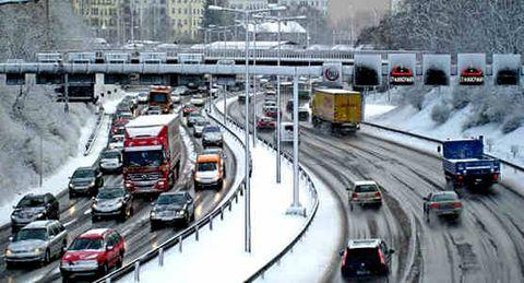 Motor vehicle, Mode of transport, Transport, Land vehicle, Vehicle, Infrastructure, Automotive parking light, Road, Automotive lighting, Automotive exterior,