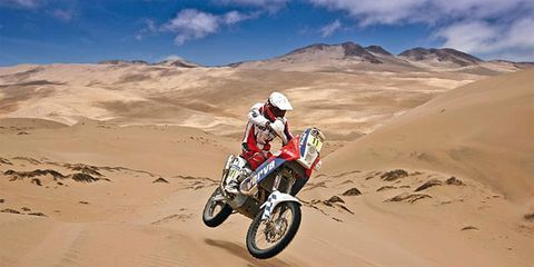 Motorcycle, Sand, Natural environment, Aeolian landform, Motorcycling, Landscape, Motorcycle helmet, Motorsport, Desert, Motorcycle racing,