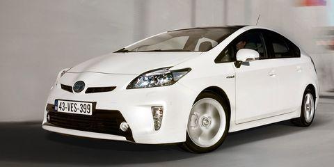 Motor vehicle, Tire, Wheel, Mode of transport, Automotive design, Automotive mirror, Daytime, Vehicle, Transport, Land vehicle,