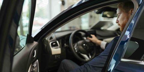 persona en el interior de un vehículo