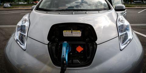 Land vehicle, Vehicle, Car, Motor vehicle, Nissan leaf, Electric car, Automotive design, Hatchback, Nissan, Electric vehicle,