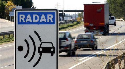 Motor vehicle, Traffic sign, Transport, Sign, Lane, Road, Signage, Mode of transport, Vehicle, Infrastructure,