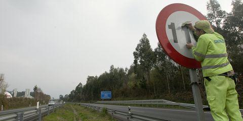 Road, Infrastructure, Road surface, Signage, Thoroughfare, Asphalt, Lane, Highway, Freeway, Sign,
