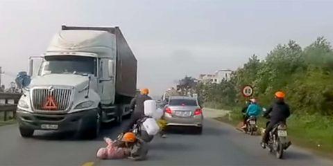 Land vehicle, Vehicle, Motor vehicle, Mode of transport, Transport, Lane, Asphalt, Road, Car, Highway,