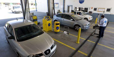 Motor vehicle, Land vehicle, Automotive design, Vehicle, Automotive parking light, Automotive exterior, Car, Headlamp, Automotive lighting, Vehicle door,