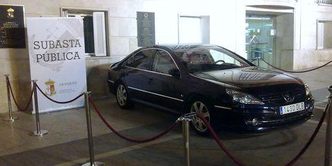 Tire, Vehicle, Alloy wheel, Automotive design, Vehicle door, Floor, Rim, Glass, Car, Automotive parking light,