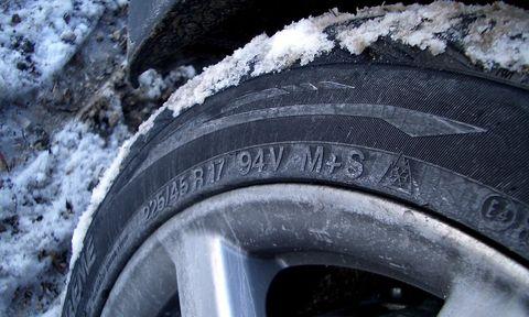 Motor vehicle, Tire, Automotive tire, Automotive wheel system, Rim, Synthetic rubber, Automotive exterior, Tread, Freezing, Fender,