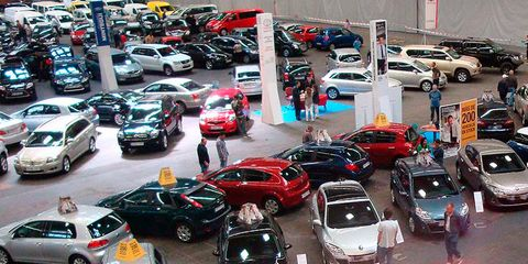 Motor vehicle, Wheel, Land vehicle, Vehicle, Automotive parking light, Car, Automotive mirror, Parking, Parking lot, Alloy wheel,