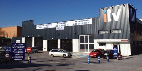 Automotive parking light, Automotive tire, Car, Commercial building, Automotive lighting, Alloy wheel, Automotive exterior, Automotive wheel system, Rim, Mid-size car,