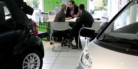 dos personas firmando los papeles del coche