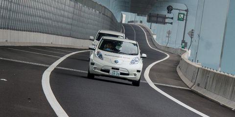 Motor vehicle, Road, Automotive design, Automotive mirror, Vehicle, Land vehicle, Infrastructure, Car, Road surface, Automotive lighting,