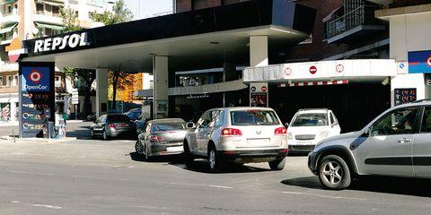 Tire, Wheel, Automotive tail & brake light, Land vehicle, Vehicle, Automotive parking light, Car, Alloy wheel, Automotive lighting, City,