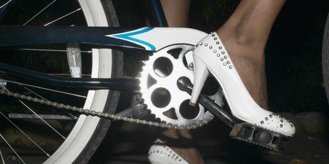 Bicycle tire, Bicycle wheel rim, Bicycle part, Bicycle wheel, Rim, Spoke, Joint, Human leg, Bicycle drivetrain part, Bicycle,