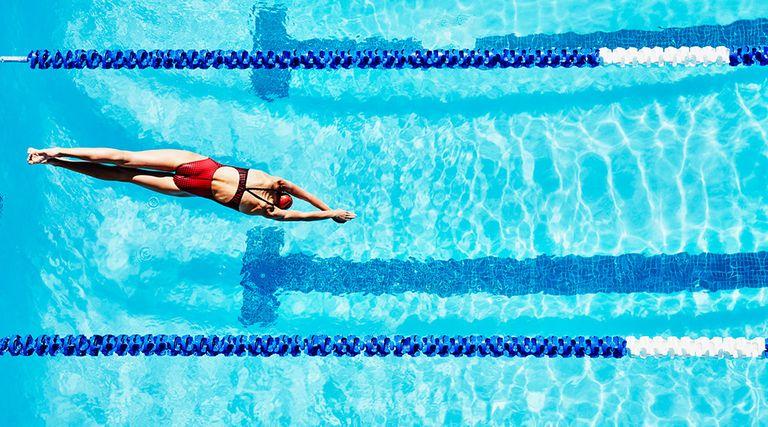 Tres deportes adem s de nataci n que puedes hacer en la for Que hacer en la piscina