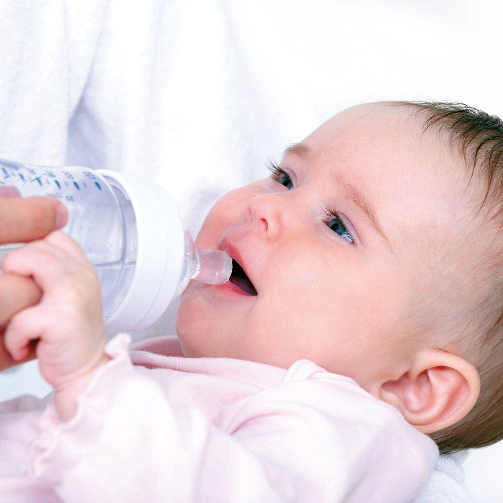 desde cuando pueden tomar agua los bebes