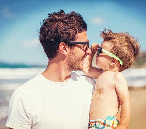 c5d41d066 Hay pediatras que recomiendan que los niños pequeños lleven gafas de sol en  la playa. Pero según nuestra asesora