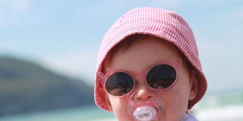 3ffb2c340a Si piensas que es complicado mantener al bebé con las gafas de sol puestas,  echa un vistazo a Lytot. Se trata de la primera colección de gafas diseñada  ...