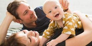 Padres juegos con bebé