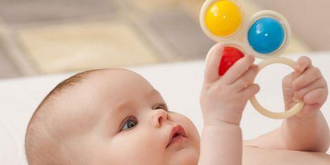 ff67ae543 A todos los bebés de esta edad les encantan los sonajeros.