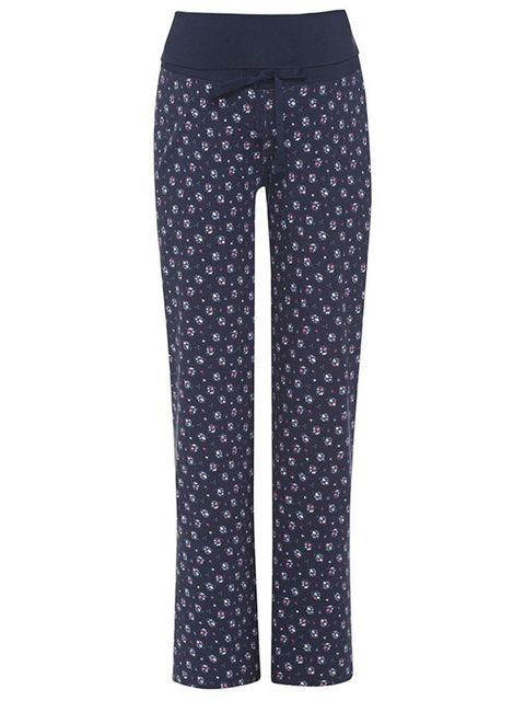 69767fe78 Pantalón de pijama premamá con estampado floral. Muy cómodo y con cordones  ajustables. Lo puedes encontrar en Shopmami por 38