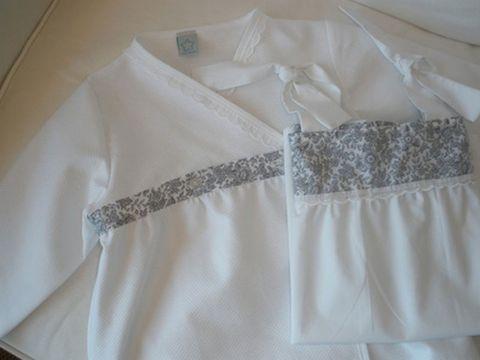 5a65c4ac143f Blanco con banda de flores en azul marino y festón en el pecho. Los  tirantes son dos lazadas. La bata se vende por separado. Desde la talla 2 a  la 14.