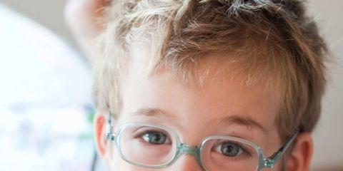 4aaac9b8ff No todos los niños aceptan bien el hecho de tener que llevar gafas, por eso  a la hora de comprárselas es importante hacer que se sientan cómodos con  ellas.