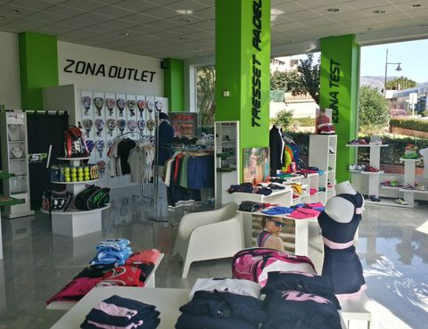 e8b3c5f9287c2 El grupo Tresset comenzó en el 2012 como una pequeña tienda local  especializada en pádel. Su primera tienda se inauguró en el centro de  Fuengirola