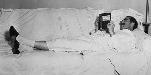 groucho marx tumbado en una cama