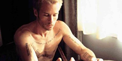 fotograma del protagonista de memento, tatuado entero