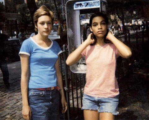 rosario dawson con chloë sevigny en su debut en el cine, 'kids' 1995 tenía 16 años