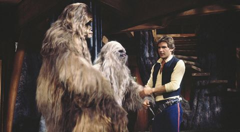 dos wookies saludan a han solo en the star wars holiday special