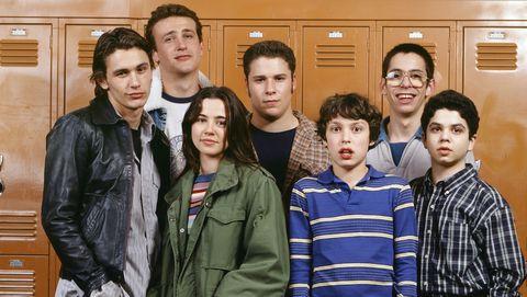 los protagonistas de freaks and geeks en un pasillo de instituto