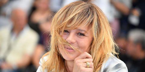 Hair, Blond, Hairstyle, Beauty, Nose, Lip, Street fashion, Layered hair, Long hair, Hand,