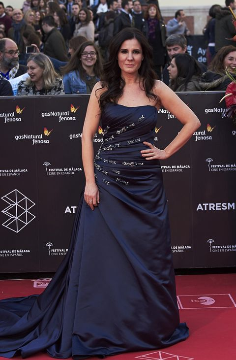 Red carpet, Dress, Clothing, Premiere, Carpet, Shoulder, Gown, Strapless dress, Hairstyle, Fashion model,