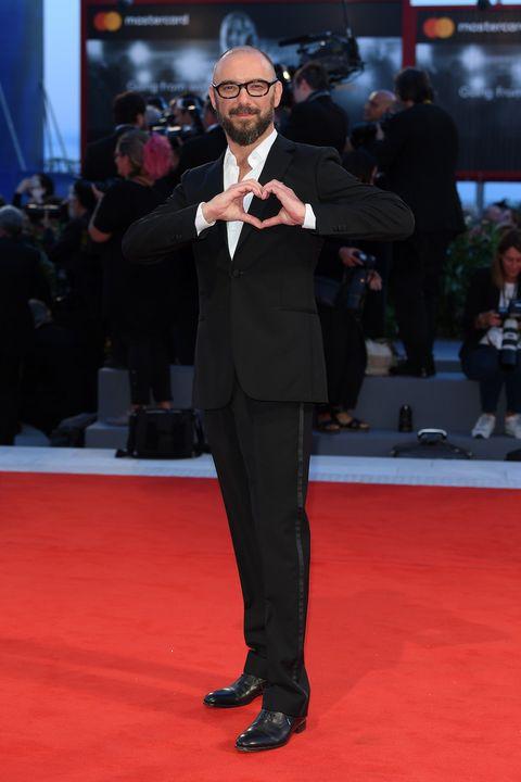 Red carpet, Carpet, Flooring, Premiere, Suit, Event, Formal wear, Tuxedo,