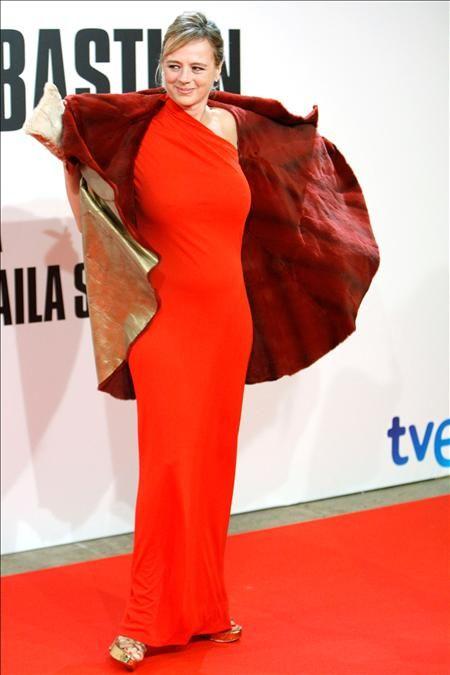 Sleeve, Red, Textile, Flooring, Style, Formal wear, Fashion model, Fashion, Carpet, Model,