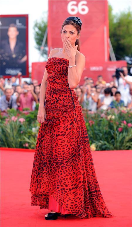 Human, Dress, Red, Flooring, Style, Fashion model, One-piece garment, Fashion, Carpet, Premiere,