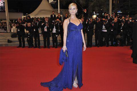 Flooring, Premiere, Dress, Carpet, Formal wear, Suit, Fashion, Public event, Gown, Electric blue,