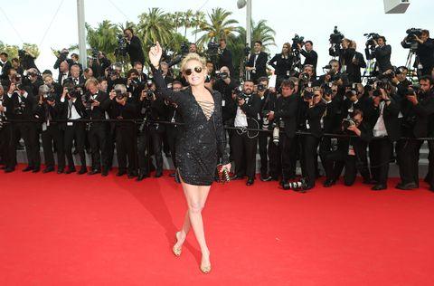 Flooring, Carpet, Formal wear, Premiere, Suit, Dress, Red carpet, Public event, Little black dress, Flag,