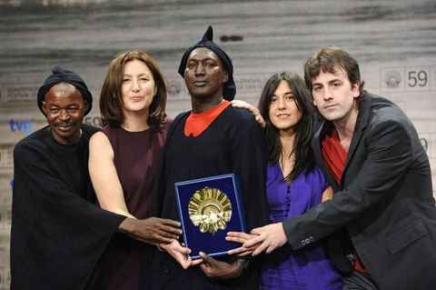 Community, Interaction, Award, Award ceremony, Greeting, Collaboration, Cloak, Costume, Handshake, Fictional character,