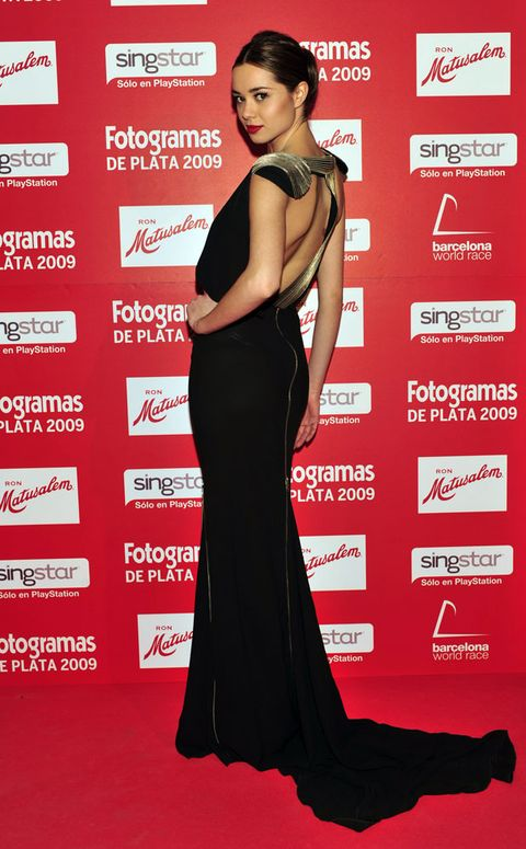 Dress, Shoulder, Red, Flooring, Formal wear, Style, Eyelash, Carpet, Fashion model, Premiere,